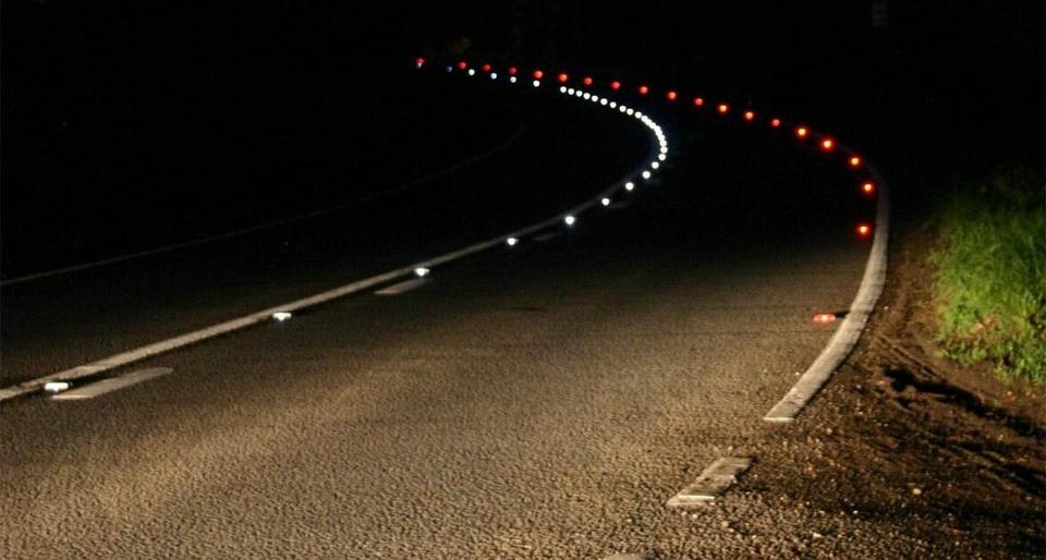 Odblaskowe oznaczenia na drodze - białe i czerwone co oznaczają?